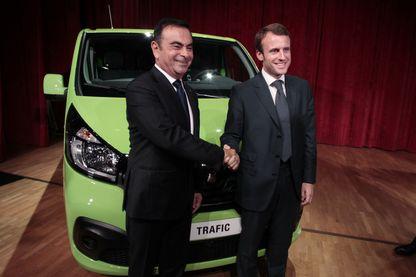 Carlos Ghosn (à gauche), le PDG de Renault, se serre la main avec Emmanuel Macron, alors ministre français de l'Economie, lors de l'inauguration d'une nouvelle usine de production le 30 septembre 2014 à Sandouville.
