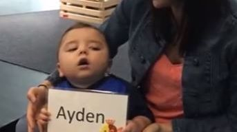 Ayden, trois ans, dans les bras de sa maman Morgane
