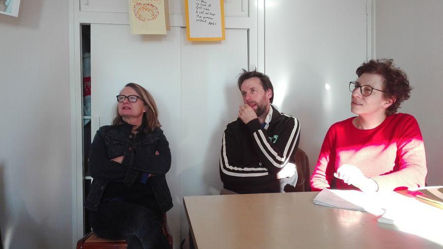 """Le théâtre d'Air s'installe chez vous pour jouer la pièce d'Emmanuel Darley """"Qui va là ?"""". La metteure en scène Virginie Fouchault, son assistante (en pull rouge) Isabelle Bouvrain et le comédien Laurent Menez."""