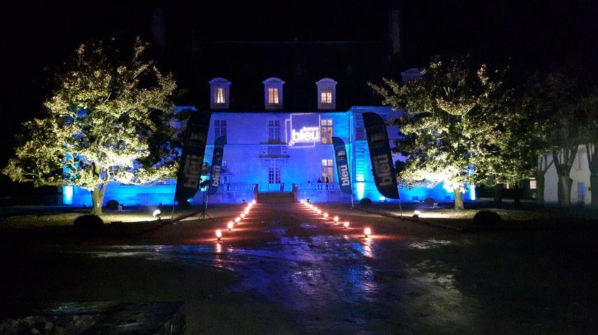 Le château de Sassenage, aux couleurs de France Bleu Isère, de nuit.