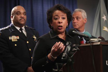 Conférence de presse de Loretta Lynch, Procureur général des États-Unis, en présence de Rahm Emanuel maire de Chicago (à dr) et Eddie Johnson, Superintendent de la police de Chicago (à g)