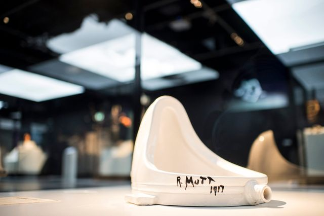 """L'une des reproductions de """"Fontaine"""", de Marcel Duchamp"""