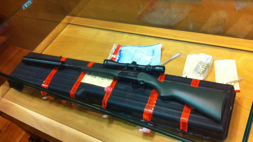 La carabine qui a tué le retraité présentée comme pièce à conviction.