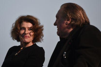 """L'actrice et réalisatrice française Fanny Ardant lors d'une présentation de son nouveau film, """"Le divan de Staline"""". À ses côtés, Gérard Depardieu, qui joue le premier rôle de cette adaptation du roman éponyme de Jean-Daniel Baltassat."""