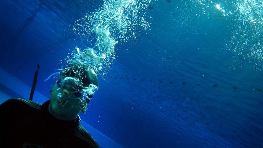 Un apnéiste statique en piscine (illustration)