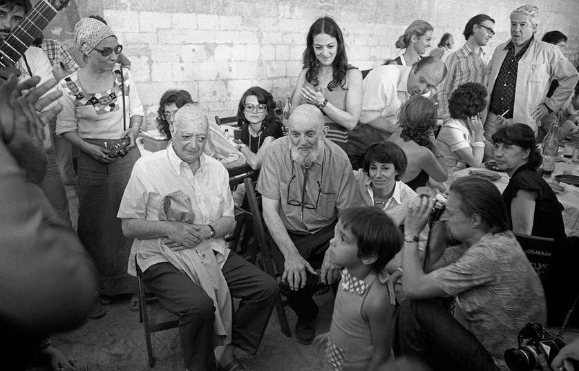 Brassaï (chemise blanche) et à sa gauche Ansel Adams aux Rencontres internationales de la photographie d'Arles 1974