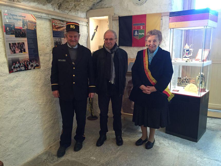 Le douanier Gégé (à gauche), Louis Perrey, le secrétaire général et Madame la Présidente de la République du Saugeais, Georgette Bertin