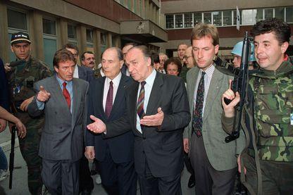 Le président français François Mitterrand, accompagné de son homologue bosniaque Alija Izetbegovic et du médecin français Bernard Kouchner, le 28 juin 1992 à Sarajevo lors de sa visite surprise.