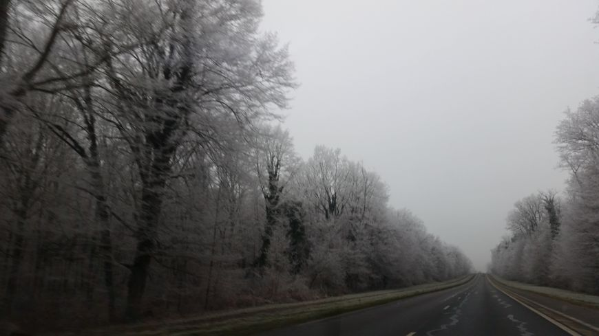 Hiver froid gel givre route verglas