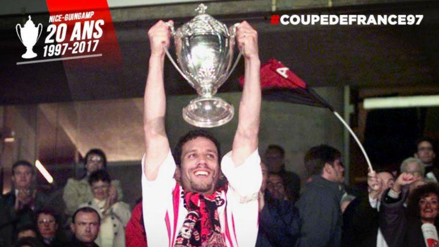 Capitaine de l'OGC Nice en 1997, Frédéric Gioria soulève la coupe de France.