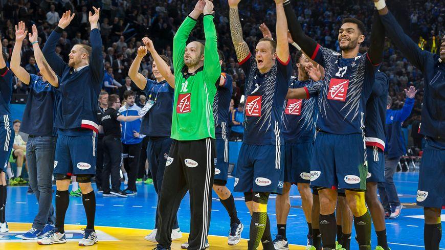 Les handballeurs français fêtant la victoire contre la Slovénie 31-25