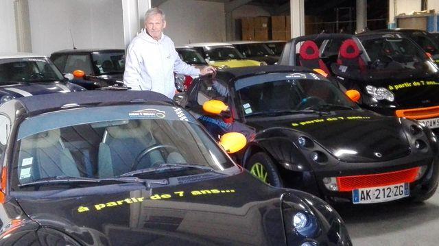 Jean-Michel Fabre autour des voitures de son entreprise CIMPA