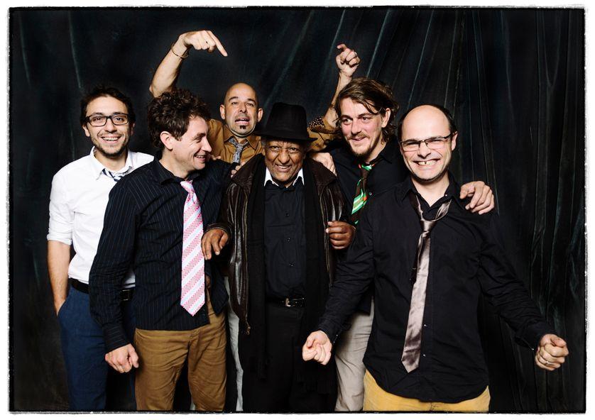 Le groupe Akalé Wubé et le musicien Girma Bèyènè au centre