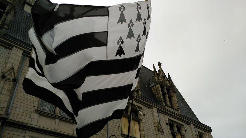 Le Gwenn-ha-du (le drapeau breton blanc et noir) est l'un des mots passés dans le langage courant
