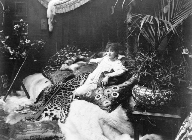 Sarah Bernhardt dans son salon