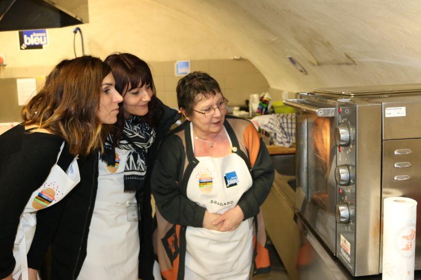 Elsa, Céline et Brigitte surveillent la cuisson de leurs gratins.
