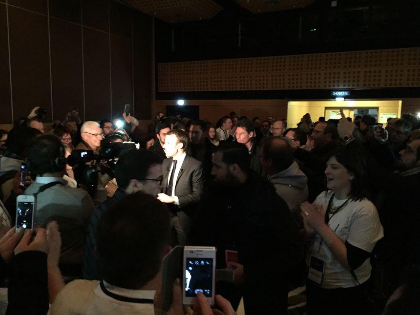 Plus de 2000 personnes ont acclamé Emmanuel Macron