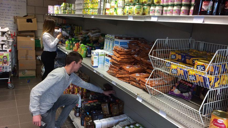 Mise en rayon à l'épicerie solidaire