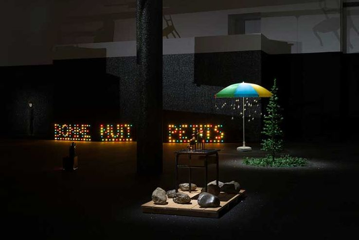 Pierre Ardouvin, vue d'exposition, « Tout est affaire de décor », MAC/VAL, musée d'art contemporain du Val-de-Marne.