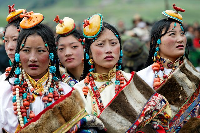 Femmes portant leurs parures (Tibet)