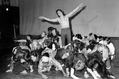 """Une photo prise le 22 avril 1969 à la Porte Saint-Martin à Paris lors d'une répétition de la comédie musicale adaptée de la production """"Hair"""" de Broadway."""