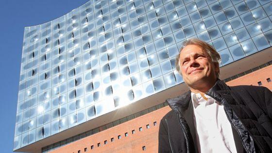 Thomas Hengelbrock devant la Philharmonie de l'Elbe à Hambourg