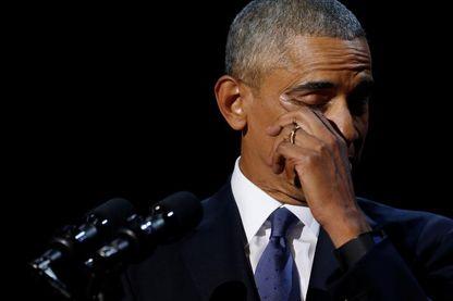 Barck Obama essuie une larme lors de son dernier discours à Chicago le 10 janvier 2017.