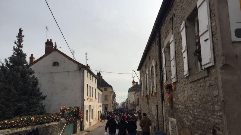Les rues de Mercurey avec le flot de visiteurs venus pour fêter la Saint-Vincent-Tournante