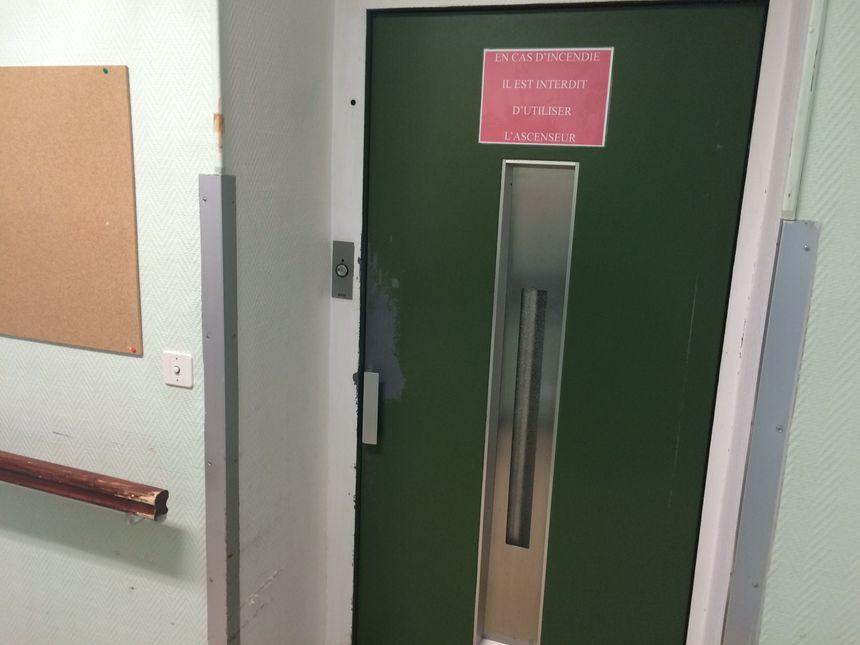 Il n'y a qu'un ascenseur, trop petit pour transporter les fauteuils électriques d'après le personnel.