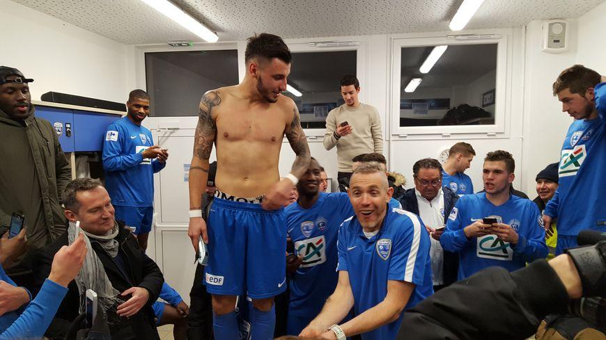 Après le match, pour fêter la victoire, les joueurs avranchinais ont tondu leur entraîneur !