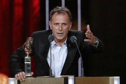 """Charles Berling pendant la cérémonie des Molières, avec son prix pour """"Vu du Pont"""""""