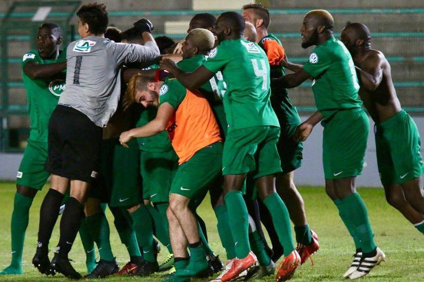 La joie de Sainte-Geneviève après la séance de tirs-au-but remportée contre Saint-Pierre de la Réunion.