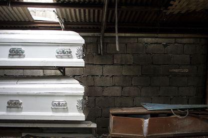 Conséquence de la guerre brutale à la guerre les cercueils s'entassent