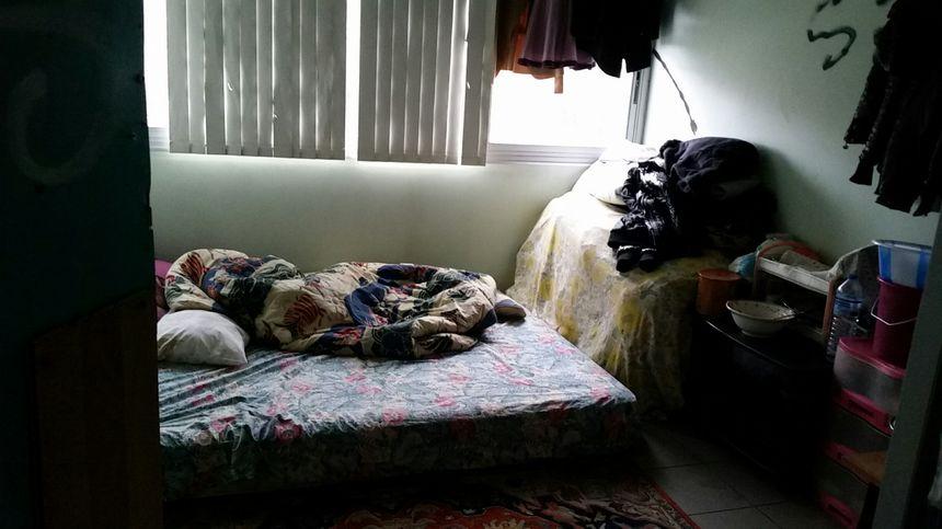 Les chambres sont d'anciens petits bureaux dans lesquelles peuvent vivre 4 ou 5 personnes