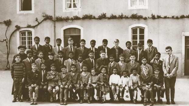 En 1965, devant l'école du village de Quézac en Lozère