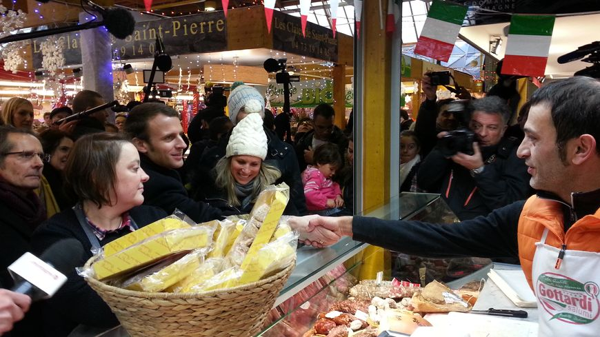 Avant son meeting à Clermont, Emmanuel Macron s'est offert un bain de foule au marché Saint Pierre