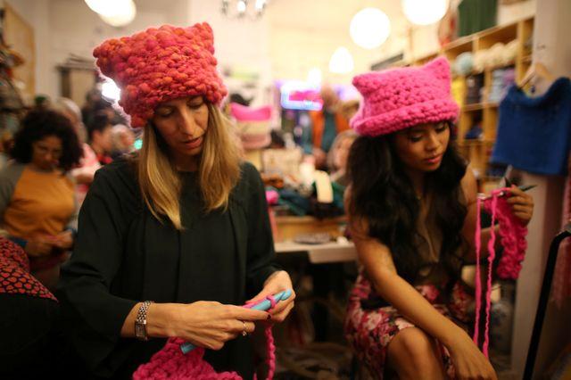 Les organisatrices de la campagne Pussyhat tricotent les bonnets roses à distribuer à la marche des femmes
