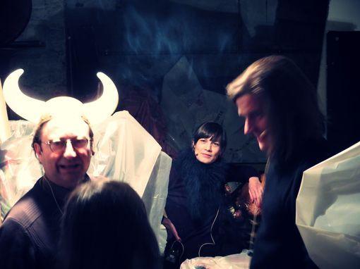 Dans la cave de la compagnie Zerep, un François Angelier cornu et une Céline du Chéné en boa