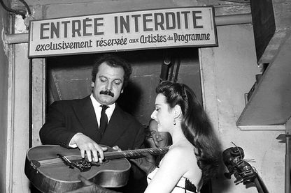 Georges Brassens en coulisses de la célèbre salle de music-hall Bobino, en 1950 à Paris, France.