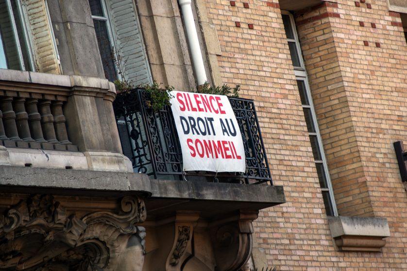 Une pancarte contre le bruit à côté du Carreau du Temple, dans le 3e arrondissement de Paris
