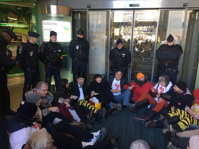 devant la BNP à Opéra, Paris, lors de l'action d'Attac le 6 janvier