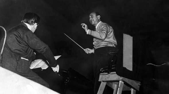 Arnold Schoenberg dirige le  Los Angeles Philharmonic Orchestra en 1935. Courtesy of the Herald-Examiner Collection, Los Angeles Public Library.