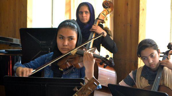 Le premier orchestre afghan 100% féminin en concert à Davos
