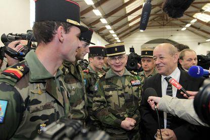 Jean Yves Le Drian ministre de la Défense et des militaires du 2eme RIMA du Mans prets à partir au Mali comme instructeurs au sein de la mission europeenne de formation de l'armée malienne