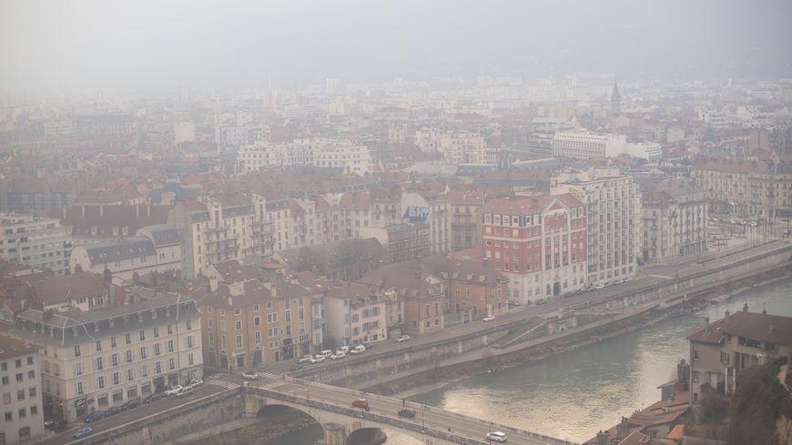 Vue de Grenoble avec le nuage de pollution