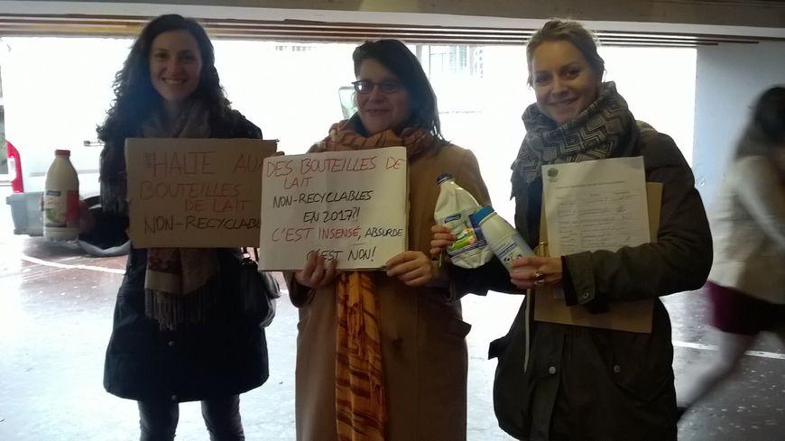 Les membres de Zéro Déchet Rouen et de Zero Waste France devant le centre commercial Saint-Sever pour agir contre les bouteilles de lait non-recyclables.