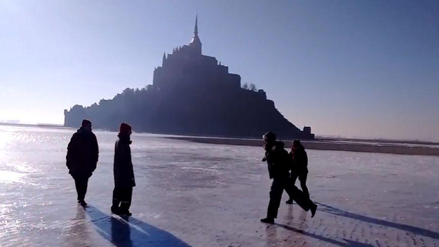 La baie du Mont-Saint-Michel entièrement gelée.