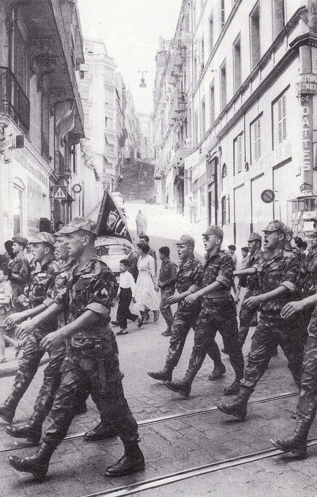 Alger, été 1957, défilé de la 10e Division parachutiste du général Massu lors de la bataille d'Alger