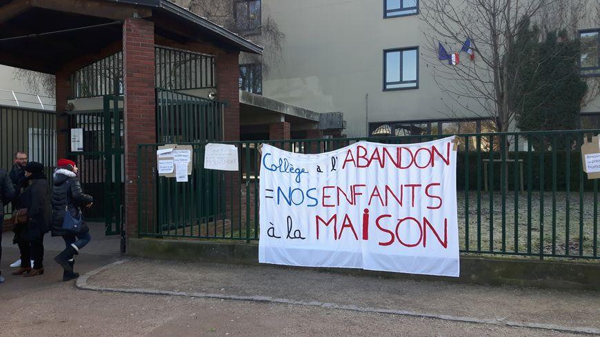 Devant le collège Henri Barbusse, à Saint-Denis.