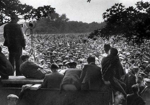 Un orateur s'adresse au mois de juin 1936 à Paris à des militants du Parti communiste français.